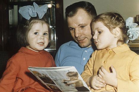 Iúri Gagárin com as filhas, Galia e Lena/Foto: RIA Novosti