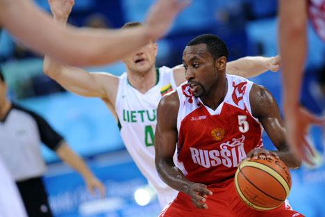 Nascido nos EUA, John Robert Holden representa a Rússia no basquete