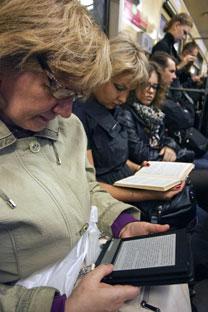 Usuários do metrô moscovita se rendem aos livros digitais/Foto de ITAR-TASS
