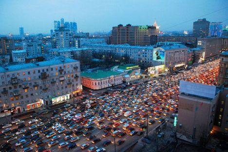 Sadovoe koltso, la carretera principal de Moscú suele estar parada durante la hora punta. Foto de Frederick Bernas, Flickr.com