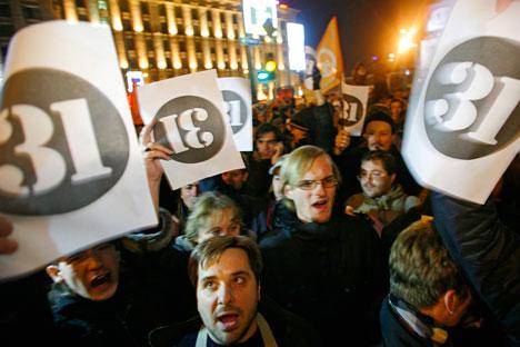 Movimento Estratégia-31, pelo direito de reunião, reúne centenas na Praça do Trinfo/Foto: AP