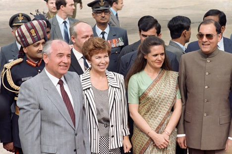 Mikhail Gorbachev and his wife Raisa with Indian Prime Minister Rajiv Gandhi and his wife Sonia during his visit to India.   Source: Itar-Tass