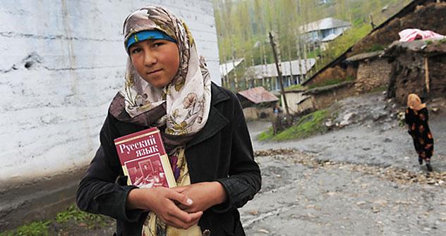 A tajikian girl holding a Russian language book on her way to school.   Source: RIA Novosti