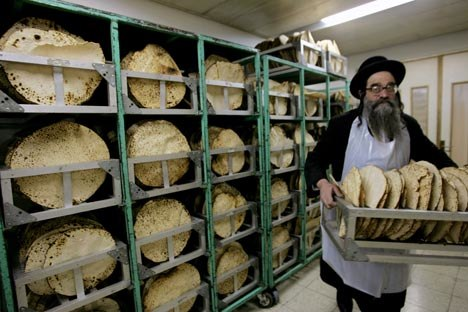 In the past, the baking of matzo endured strict repression. Photo: Reuters/Vostock-Photo