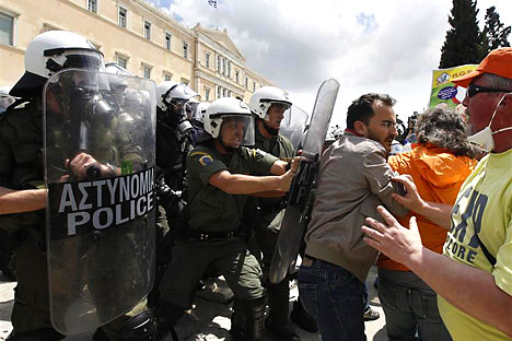 Riot policemen block municipal workers in front of the parliament building during a march against austerity in Athens, May 18 2011. Greeks have staged repeated demonstrations to protest the EU/IMF prescribed belt-tightening. The IMF warned Greece on