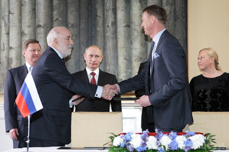 President and Chief Executive Officer of the Ericsson Group Hans Vestberg (right) and Skolkovo Fund President Viktor Vekselberg (left) have signed an agreement in Stockholm, April 27, 2011.   Source: RIA Novosti