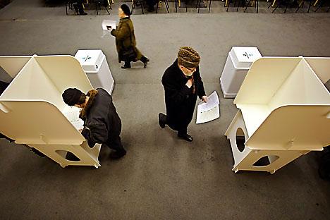Es discutible hasta qué punto es democrática la práctica electoral rusa. Sin embargo, no hay ninguna duda acerca de la alta calidad de sus soportes tecnológicos. Foto de AP