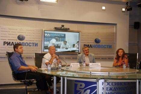 Sergej Schilzow, Wiktor Mironenko und Wladimir Scharichin bei einer Life-Schaltung nach Kiew. Foto: Susanne Spahn