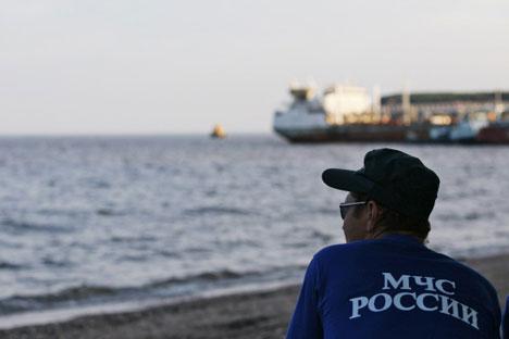 Mitarbeiter des russischen Katastrophenschutzministeriums am Ufer des Kuibyschew Stausee. Foto: RIA Novosti