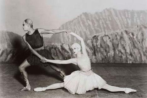 Serge Lifar y Alexandra Danilova en Appolon musagete, 1928, con la primera versión del vestuario diseñado por Coco Chanel. Fotografía de Sasha © V&A Images