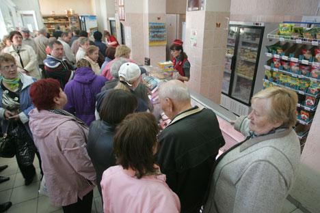 La cola en una de las tiendas de alimentación tras el anuncio de la devaluación del rublo bielorruso en 56%. Foto de Itar - Tass