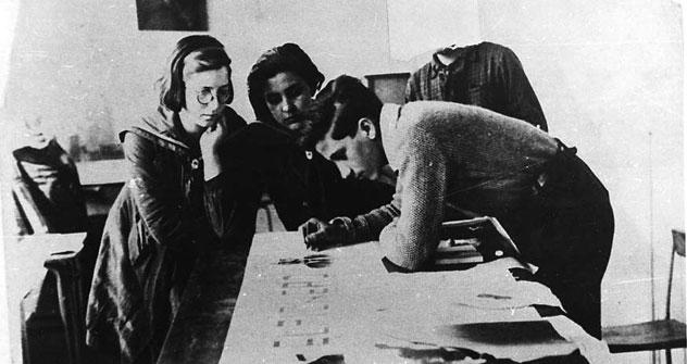Haciendo un periódico mural. Casa de Niños Nº 5, 1939 . - Moscú, 1939. Foto B/N y 1 negativo. - Donación del Centro de España en Moscú. Fundación F. Largo Caballero