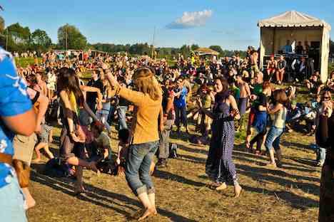 Tanzen bis in die Morgenstunden, Jam-Sessions unter freiem Himmel oder einfach nur die Sonne anbeten - das ist das Lebensgefühl auf dem Festival Pustyje Holmy. Foto: Alla Kravchenko/Foto40.ru