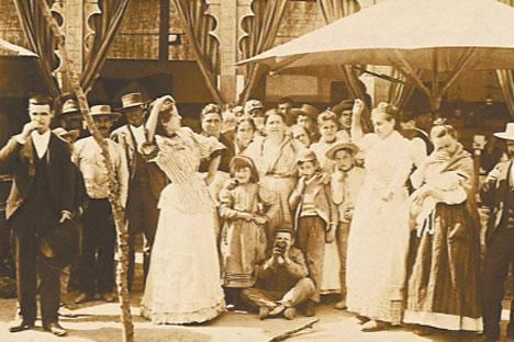 Dos mujeres bailando en Córdoba. Foto del servicio de prensa del museo Arqueológico de Alicante