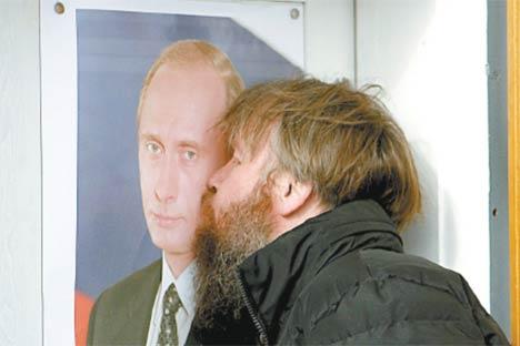 Un hombre besa el retrato del Primer Ministro, Vladímir Putin, en la ciudad de Krasnoyarsk. Foto de Reuters/Vostock Photo