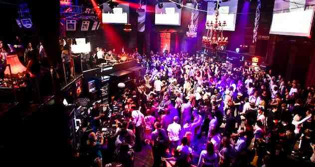 Tanzend durch das Moskauer Wochenende: Schon am Donnerstag gehen die Partys richtig los, wie hier die Ministry-of-Sound-Party im Club Arma 17. Foto: Maks Avdeev