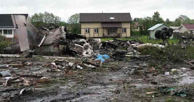 Von der abgestürzten Tu-134 bleiben nur ausgebrannte Trümmer übrig.  Foto: Reuters
