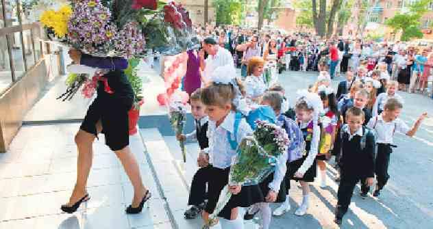Blumen statt Schultüte: Die Erstklässler folgen ihrer Lehrerin unter dem Beifall der Eltern. Foto: Photoxpress