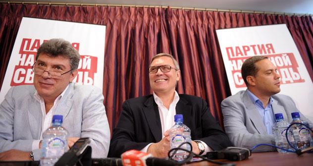 Vorsitzenden der Partei der Volksfreiheit:Boris Nemtsow (L), Michail Kasyanow und Wladimir Milow(R). Foto: ITAR-TASS