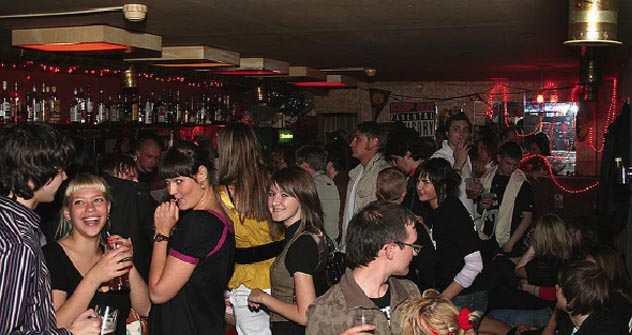 Das Haus ist immer voll. Junge Sankt Petersburger feiern in Anna Albers Bar Datscha - Russisch für Schrebergarten.