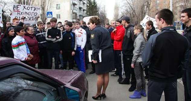 Schüler sind empört über Entlassung ihres Direktors. Foto: Anton Kravtsov \ Russian Reporter