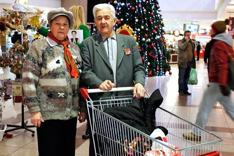 Fyodor and Alexandra Ivanov, 85 and 83, senior citizens are preparing for the New Year celebration. Source: Ogoniok/Alexander Zemlyanichenko Junior