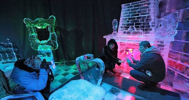 The visitors of the Ice Sculpture Museum in Moscow's Sokolniki Park. Source: Anisia Boroznova