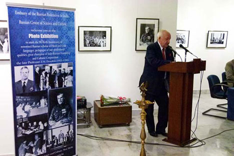 Russian ambassador to India Alexander M. Kadakin is helding a speech during the ceremony dedicated to Prof. Dymshits at RCSC on May 25 in New Delhi.   Source: www.rusembassy.in