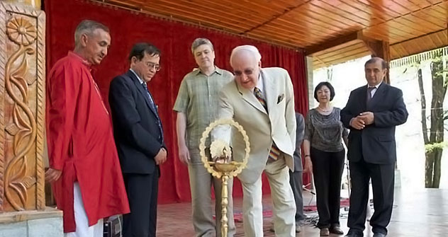 Ambassador of Russia to India Alexander M.Kadakin (right) is taking part in the laying of the foundation stone of the future Roerichs' International Academy of Arts.   Source: www.rusembassy.in