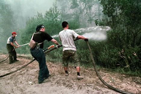 Voluntarios apagando un incendio cerca del pueblo Kreusha. Foto de Ria_Novosti