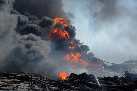 Fuego y llamas en el puerto de Tagajo, prefectura de Miyagui, tras en terromoto y el tsunami. Foto de AFP/East News