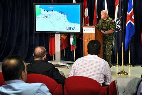 Bomben bringen Frieden: Der Oberbefehlshaber für den NATO-Einsatz in Libyen General Charles Bouchard bei einer Pressekonferenz im NATO-Hauptquartier in Italien. Foto: AP