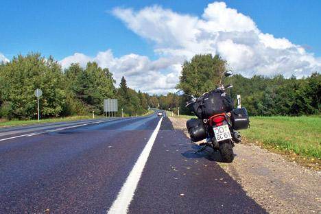 Der Blick nach vorn nach der Regenwand verhieß sonnige Motorradkilometer. Foto: Privat