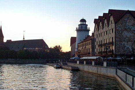 Romantisch verklärt die Abendstimmung die historisierenden Fischdorf-Häuser in Kaliningrad. Foto: Privat