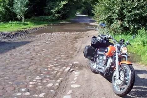 """Straßenbreit und """"unglaublich tief"""" war dieser See über Kopfsteipflaster im Hintergrund. Foto: Privat"""