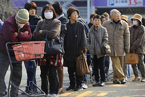 Una cola de personas espera víveres fuera de una tienda en Fukushina el 13 de marzo de 2011 tras el terremoto y el tsunami. Fuente: PHILIPPE LÓPEZ/AFP/Getty Images