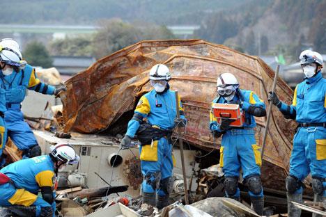 Trabajadores se enfrentan a altos niveles de radiación en un intento por contener la situación en la planta averiada de Fukushima. Fuente: Getty Images/Fotobank