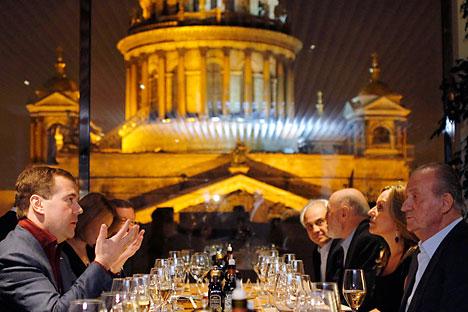 Medvédev y el Rey de España se reúnen en San Petersburgo. Foto de Itar-Tass
