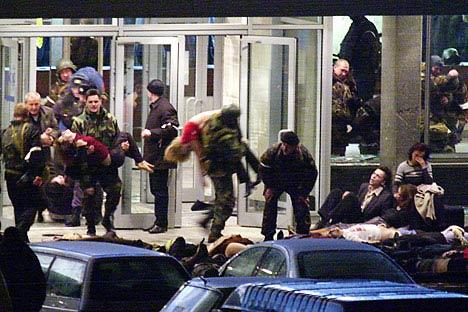 La liberación de los rehenes del teatro Dubrovka, en Moscú, el 23 de octubre del 2002. Foto de Itar-Tass