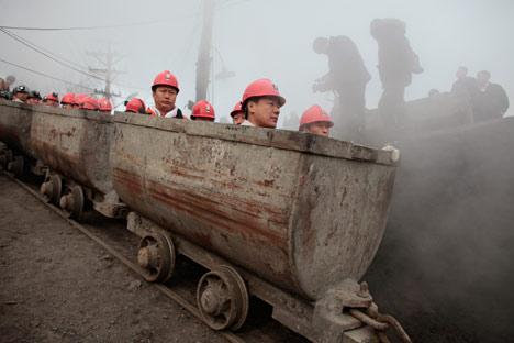 Mineros chinos descienden a uno de los yacimientos en la región de Jabárovsk. Foto de Reuters