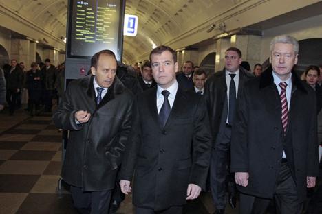 El jefe del FSB,  Bortnikov,  Medvédev y Sobianin, alcalde de Moscú, inspeccionan la seguridad del metro. Fuente: Reuters/Vostock Photo