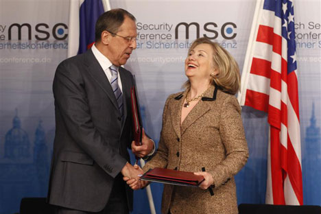 El ministro de asuntos exteriores de Rusia, Serguei Lavrov, y la secretaria de estado de EE UU, Hillary Clinton, en Múnich. Fotografía de Reuters/Vostock Photo