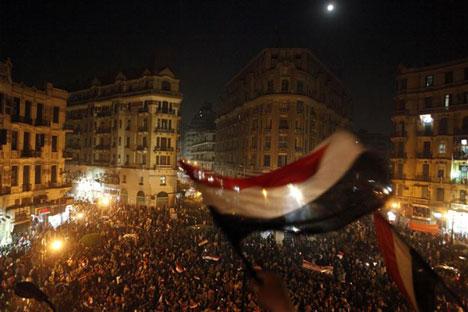 Defensores de la democracia ondean banderas egipcias en un festejo en la plaza Talaat Harb en El Cairo, el 18 de febrero de 2011. Foto de Reuters.