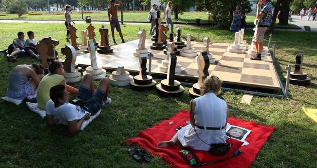 Lust auf eine Partie Riesenschach? Moskauer Spieler im Gorki-Park. Foto: Photoxpress