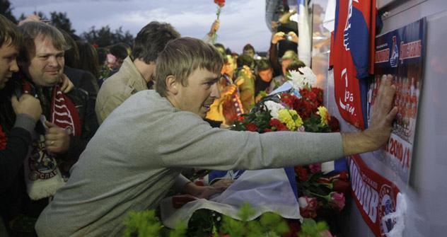 Fans von Lokomotive trauern um die verunglückten Eishockeyspieler. Foto: AP