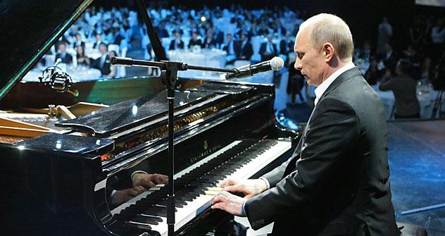 "Vladímir Putin cantando ""Blueberry hill"". Foto de Reuters."