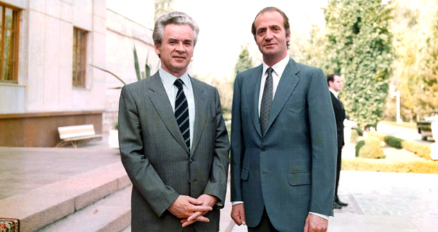 El embajador de la URSS en España, Yuri Dubinin y el Rey de España, Juan Carlos I. Foto tomada en 1984