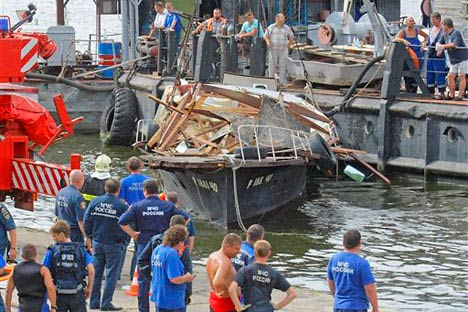 Search and rescue operation at the site of boat sinking in the Moscow River on July 31, 2011.   Source: RIA NovostiEmergency workers raising a private motorboat that sank in the Moscow River after colliding with a docked barge near Luzhniki Stadium i