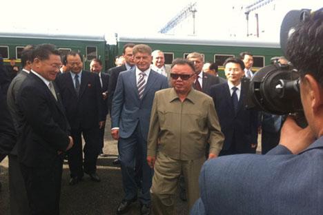 North Korean leader Kim Jong-Il (2-nd R) walks along the station of Novobureisky on August 21, 2011.   Source: RIA Novosti