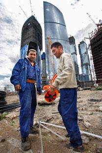 「モスクワ・シティ」を建設する中央アジアの出身者たち=タス通信撮影